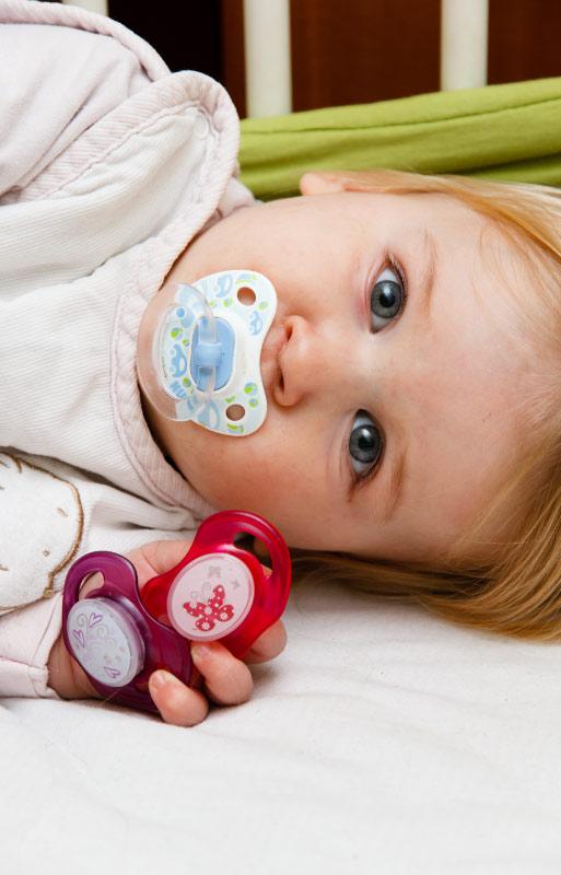 Miti e leggende sui danni del ciuccio ai neonati, i pediatri di Mater Dei Roma rispondono